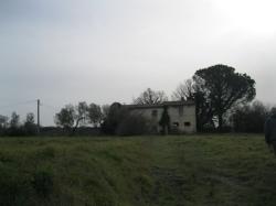 VENDESI Casa di campagna con terreno - il Piano - A 1 km dal centro storico
