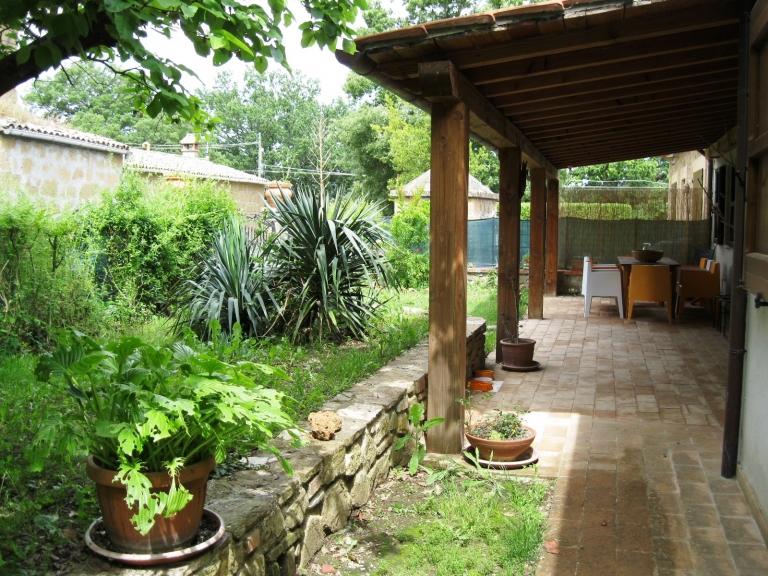 Giardini case di campagna. una mosca bianca e nera in un quartiere