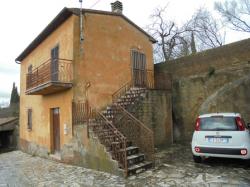 Fabbricato indipendente con annessi e giardino ad 1 km dal centro storico